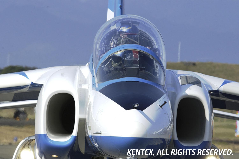 青く縁取られたT-4ブルーのキャノピー