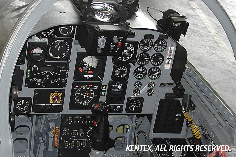 """航空計器が並ぶT-4コックピット<br> 姿勢指示器と高度計が文字盤に再現される"""" /> <p class="""