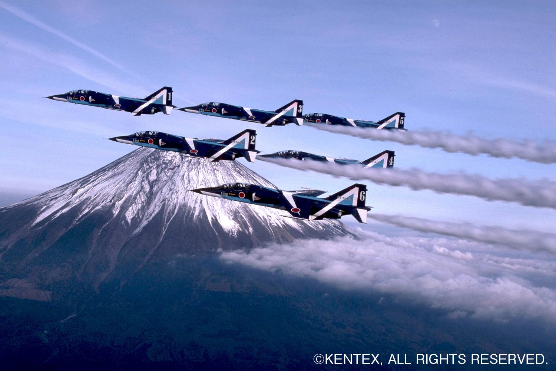 富士山をバックに飛行するT-2ブルー