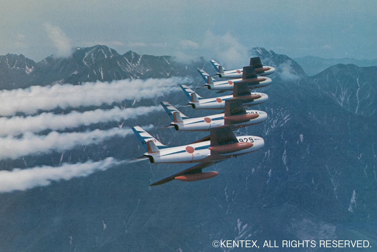 日本アルプスをバックに編隊飛行するハチロクブルー