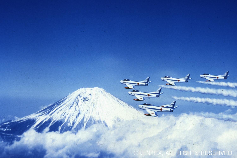 富士山をバックに編隊飛行するハチロクブルー
